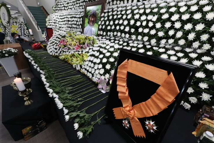 The Cheongryong Medal, the highest decoration in Korea's Order of Sport Merit, is placed on the funeral altar of mountaineer Kim Hong-bin, at Yeomju Gymnasium in Gwangju, Wednesday, as the government awarded him the medal posthumously. In July, Kim became the first disabled person to scale the world's 14 tallest mountains, but he went missing during his descent from the 8,047-meter summit of Broad Peak Mountain in the Himalayas. The search operation was ended at his family's request. Yonhap