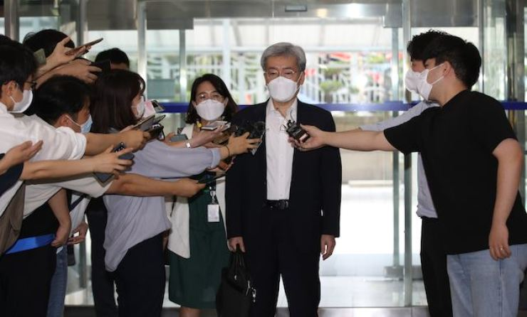 Financial Services Commission (FSC) Chairman nominee Koh Seung-beom, center, is surrounded by a group of reporters on Aug. 6, as he enters a building in central Seoul to prepare for his new role at the FSC. Yonhap