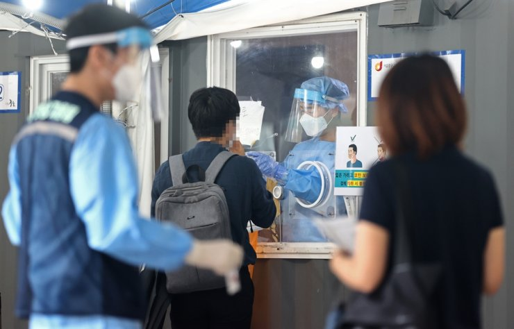 South Korea's daily new coronavirus cases hovered under 1,900 for the second day Friday. Yonhap