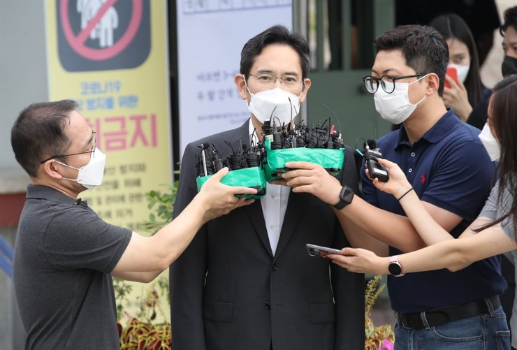 Samsung chief Lee Jae-yong speaks with reporters after being released from prison at the Seoul Detention Center, Aug. 13. Yonhap
