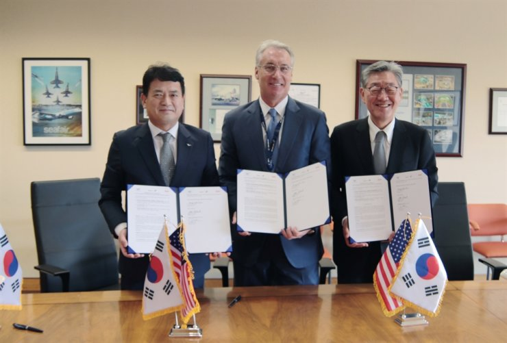 Incheon International Airport Corp. President and CEO Kim Kyung-wook, left, poses with Atlas Air Worldwide Holdings President and CEO John W. Dietrich, center, and Sharp Technics K President and CEO Paik Soon-suk, after signing a memorandum of agreement at the headquarters of Atlas Air Worldwide Holdings in New York, July 19. Under the agreement, Atlas Air will develop a dedicated maintenance, repair and overhaul facility at Incheon airport. Courtesy of Incheon International Airport Corp.