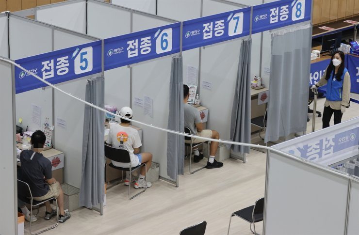 People receive coronavirus vaccines at a vaccination center in Gwangjin District, Seoul, Tuesday. Yonhap
