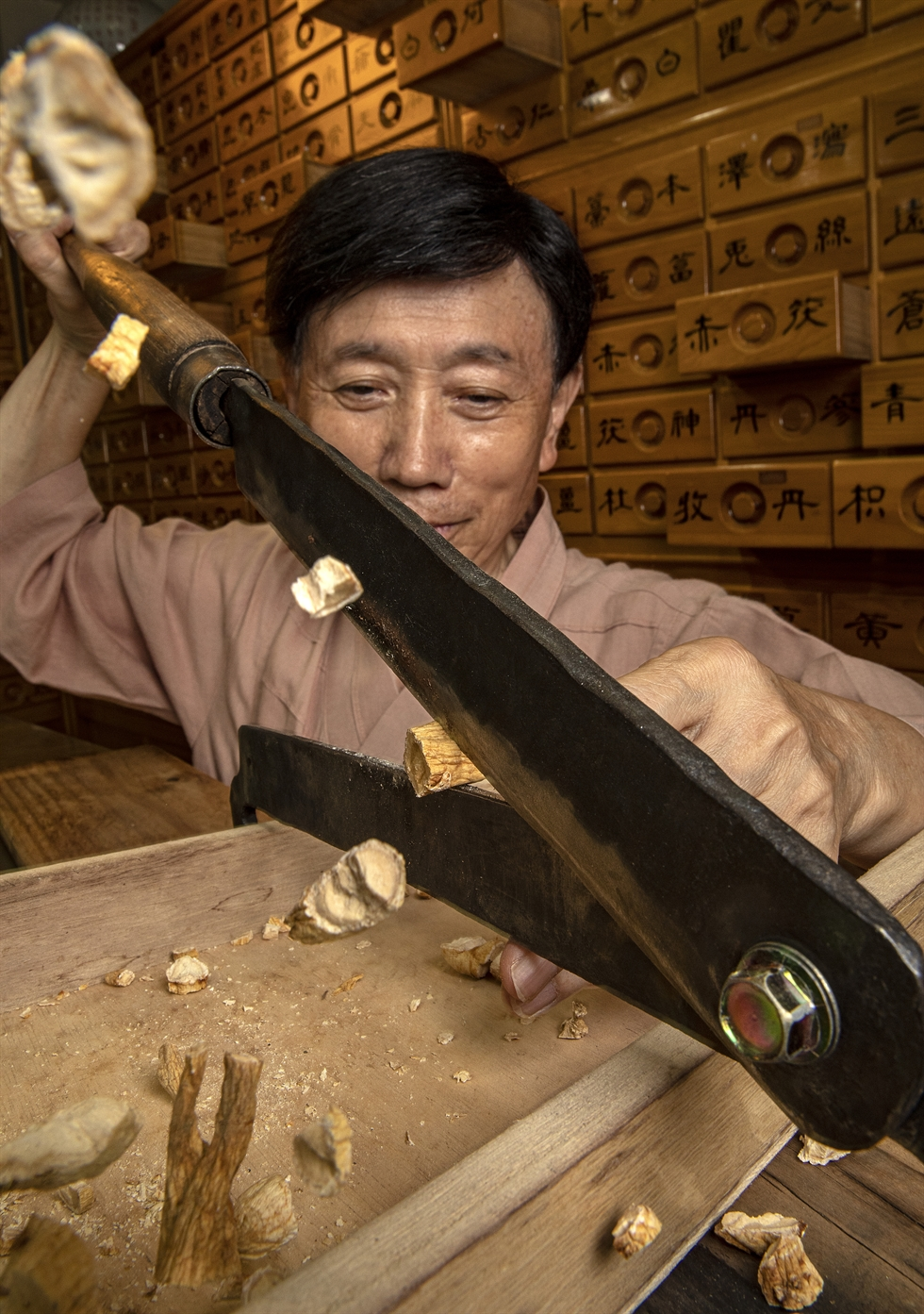 Ryu Hwang-rim, a traditional Korean herbalist, carefully measures and combines herbal ingredients for medicines in his shop, Hwangjungwon Traditional Korean Medicine, in Wonju, Gangwon Province, on Monday. Korea Times photo by Shim Hyun-chul