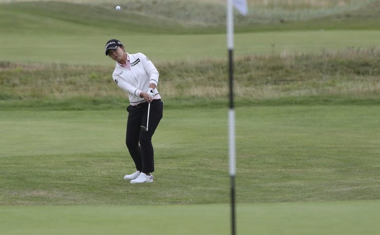 Kim Sei-young chips onto the 16th green during the first round of the Women's British Open golf championship, in Carnoustie, Scotland, Aug. 19. AP-Yonhap