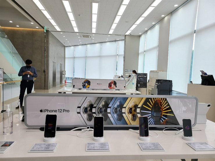 Apple's iPhones are displayed at LG Electronics' Best Shop store in Seoul, Monday. Korea Times photo by Baek Byung-yeul