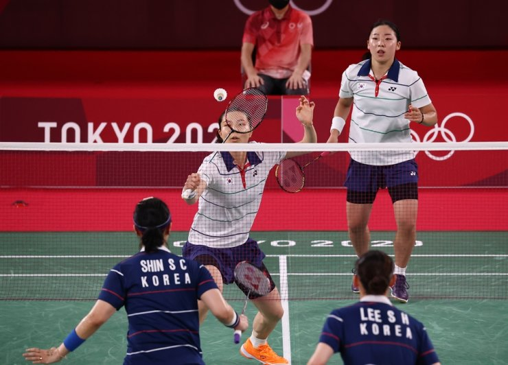 Kim So-yeong and Kong Hee-yong, wearing white shirts, contend Lee So-hee and Shin Seung-chan in the all-Korean bronze medal badminton match at Tokyo Olympics, Aug. 2. Yonhap
