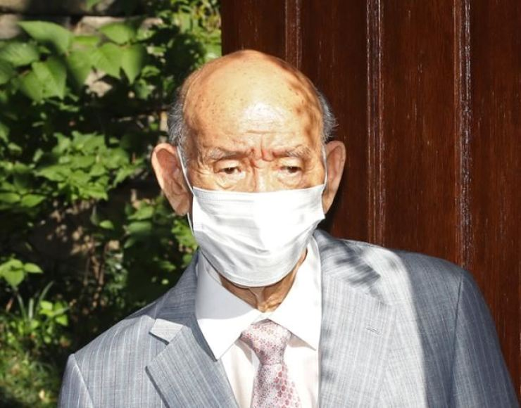 Former President Chun Doo-hwan, who seized power in a 1979 coup, leaves his home in western Seoul to attend his appellate court hearing on a defamation case in Gwangju, Aug. 9. Yonhap