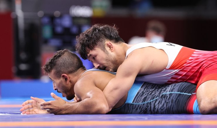 Wrestler Ryu Han-su, top, wrestles with Egypt's Mohamed Ibrahim El-Sayed in the round of 16 in the men's 67-kilogram Greco-Roman wrestling match at Makuhari Messe Hall A in Chiba, Japan, Tuesday. Yonhap