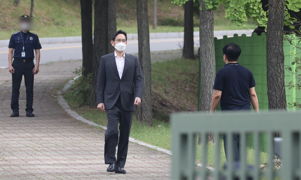 Samsung group's de facto leader Lee Jae-yong was released on parole Friday, seven months after he was imprisoned over bribery. Yonhap