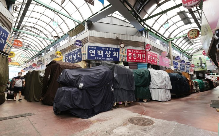 Vendors are closed at a traditional market in Jongno District, central Seoul, Sunday, as the Level 4 social distancing measures were extended. Yonhap