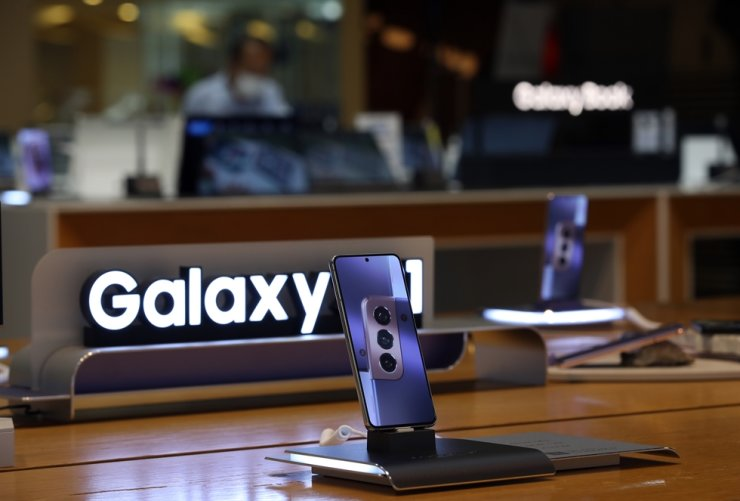 Samsung Electronics' Galaxy smartphone inside one of its official stores in Korea is seen in this photo, last week. Yonhap