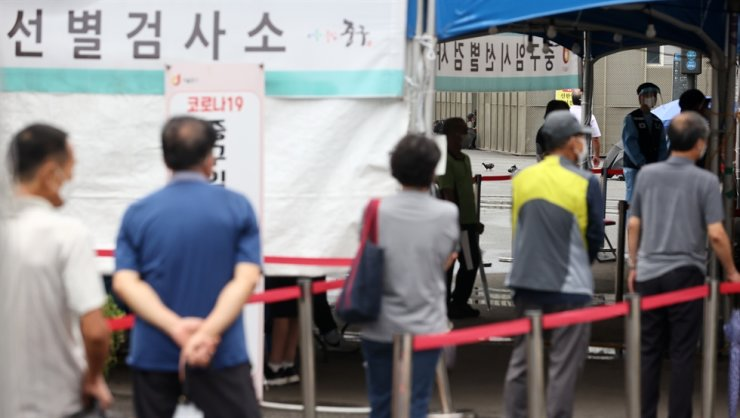 South Korea's daily new COVID-19 cases fell to slightly under 1,800, Friday, but the number of critically ill patients continued to rise, as the health authorities started to discuss special antivirus measures for the upcoming Chuseok holidays. Yonhap