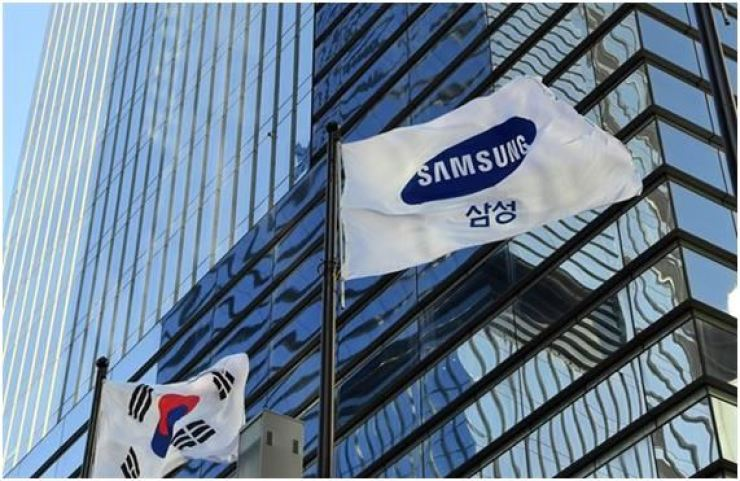A Samsung flag is seen at the company's headquarters in southern Seoul. Korea Times photo