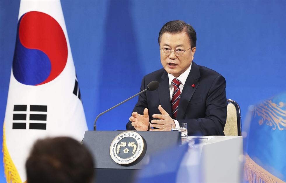 Former presidents Lee Myung-bak, left, and Park Geun-hye / Yonhap