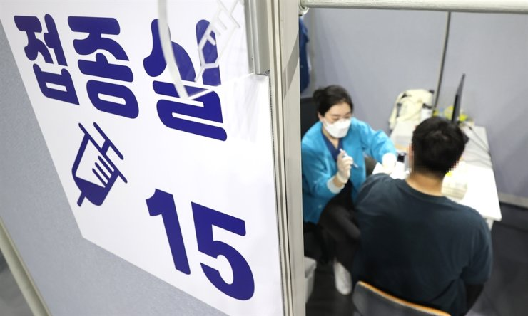 A man receives a COVID-19 vaccine shot at a vaccination center in Dongjak District, Seoul, Aug. 30. Yonhap