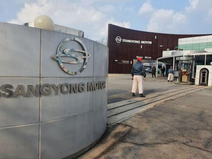 The main entrance of SsangYong Motor's Pyeongtaek plant / Korea Times file