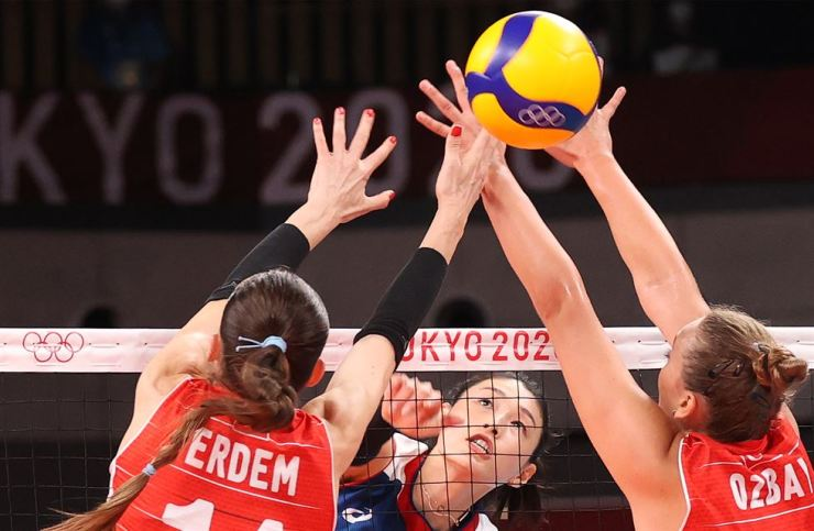 Kim Yeon-koung, center, captain of Korean women's volleyball team, spikes the ball during an Olympic quarterfinal against Turkey at Ariake Arena in Tokyo, Wednesday. Yonhap