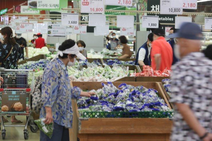 Shoppers pick vegetable at Hanaro Mart in Yangjae-dong, Seocho District, Seoul, Aug. 1. Yonhap