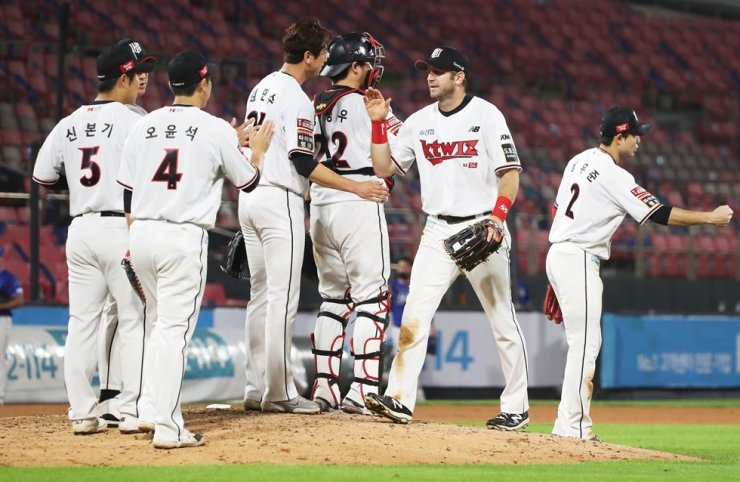 Members of the KT Wiz celebrate their 8-3 victory over the Samsung Lions in a Korea Baseball Organization regular season game at KT Wiz Park in Suwon,Gyeonggi Province, Aug. 29. Yonhap