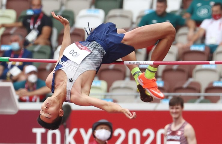 Korea's Olympic team high jumper, Woo Sang-hyeok, clears 2.28 meters during the men's high jump preliminary round at the Japan National Stadium in Tokyo, Friday. Yonhap