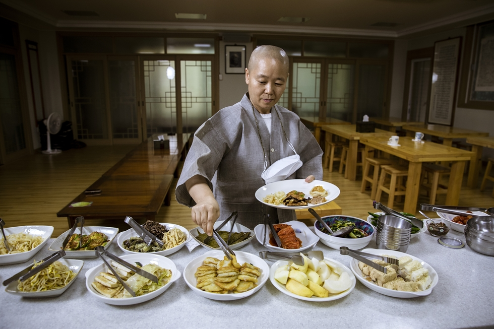 Ven. Beopsong, the chief Buddhist nun at Yeongseon Temple, demonstrates how to make grilled eggplant from a recipe that was passed down to her by a senior nun, the late Ven. Seongkwan, during an interview with The Korea Times, at the temple in Daejeon on Monday. Korea Times photo by Shim Hyun-chul