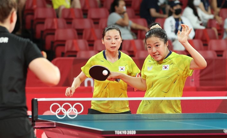 Korean women's table tennis team player Shin Yu-bin, right, performs a forehand attack in the round of 16 of the Olympics at Tokyo Metropolitan Gymnasium, Monday. Yonhap