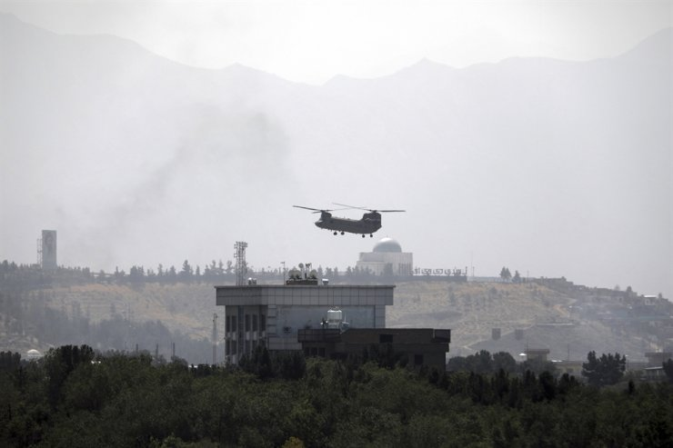 A U.S. Chinook helicopter flies over the U.S. Embassy in Kabul, Afghanistan, Sunday, to evacuate U.S. diplomatic personnel. AP-Yonhap