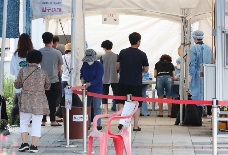 People wait to get tested for COVID-19 at a testing center in Guro Station, Seoul, Aug. 2. Yonhap