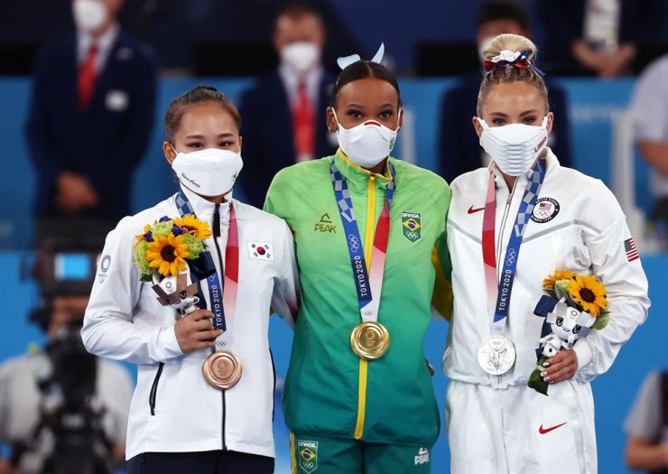 Bronze medalist Yeo Seo-jeong, left, of Korea, poses with gold medalist Rebeca Andrade, center, of Brazil and silver medalist MyKayla Skinner of the United States during a medal ceremony after the women's valut at the Tokyo 2020 Olympics in Tokyo, Sunday. Yonhap