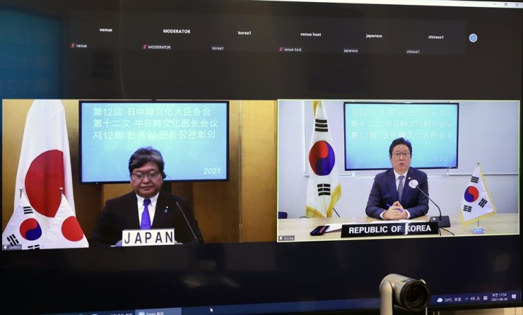 Culture Minister Hwang Hee speaks to his Japanese counterpart Hagiuda Koichi during a meeting held via video conference, Monday. Courtesy of the Ministry of Culture, Sports and Tourism