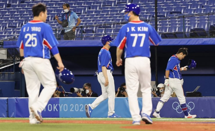 Korean players leave the field after being defeated by the U.S. in the Tokyo Olympic baseball tournament, July 31. Yonhap