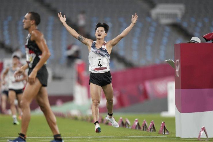 Jun Woong-tae celebrates after placing third at the men's modern pentathlon at the 2020 Summer Olympics in Tokyo, Japan, Aug. 7. AP-Yonhap