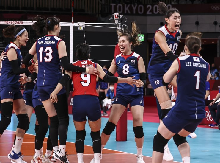 Korea's women's volleyball team members celebrate their victory against Japan during a qualifying match at the Ariake Arena in Tokyo, Saturday. Yonhap