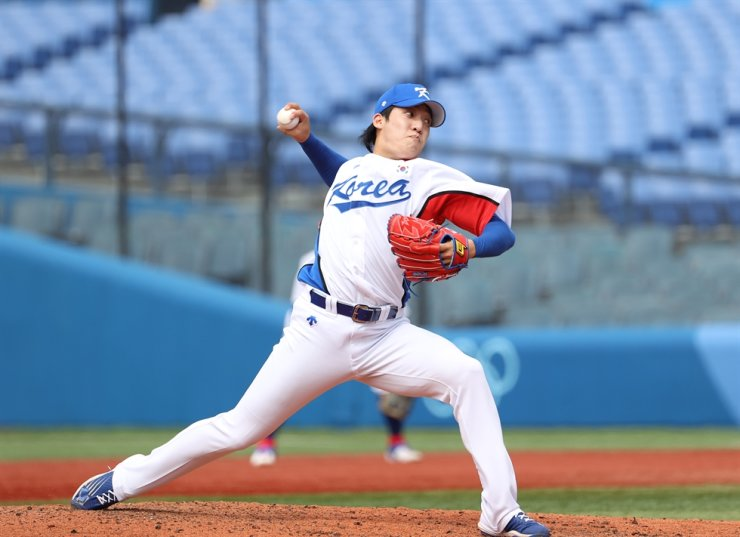 Won Tae-in pitches against Israel in Tokyo Olympics, Aug. 2. Yonhap