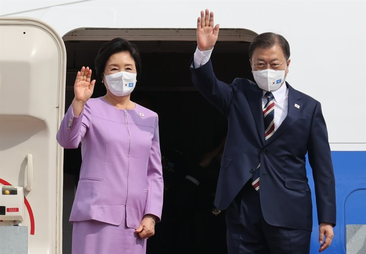 President Moon Jae-in and first lady Kim Jung-sook wave before leaving from Seoul Airport in Seongnam, Gyeonggi Province, Sept. 19, for New York to attend the United Nations General Assembly. Yonhap