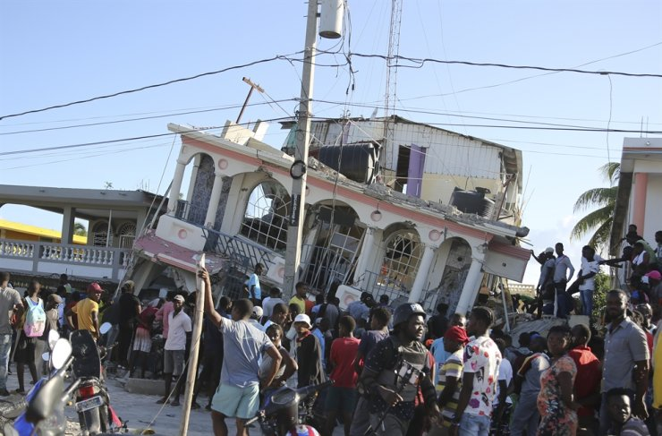 People gather outside the Petit Pas Hotel, destroyed by the earthquake in Les Cayes, Haiti, Aug. 14. AP-Yonhap