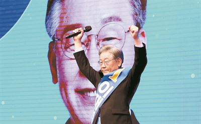 Gyeonggi Province Governor Lee Jae-myung, the leading presidential contender of the liberal ruling Democratic Party of Korea, speaks during an Aug. 5 interview with the Hankook Ilbo, the sister paper of The Korea Times. Korea Times photo by Bae Woo-han