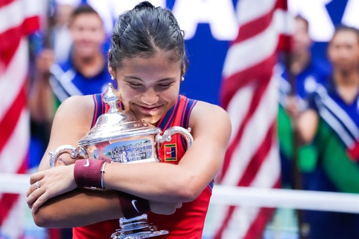 Emma Raducanu of Great Britain hugs the trophy after her win against Leylah Fernandez of Canada in straight sets in the Women's Final in Arthur Ashe Stadium at the 2021 US Open Tennis Championships at the USTA Billie Jean King National Tennis Center in New York City, Sept. 11. UPI-Yonhap