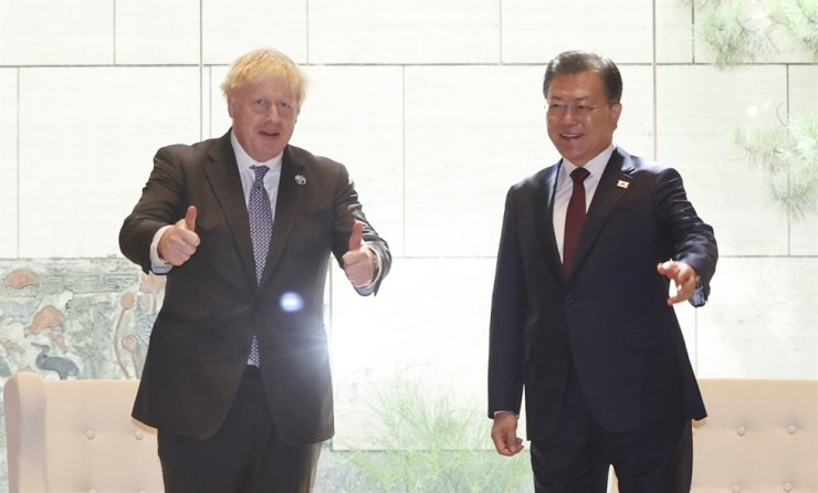 President Moon Jae-in, right, poses with British Prime Minister Boris Johnson before their summit at U.N., Sept. 20. Yonhap