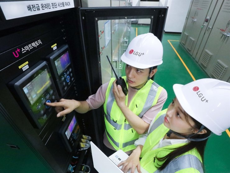 Workers use LG Uplus' switchboard to diagnose a problem at the telecom firm's center in Incheon. Courtesy of LG Uplus