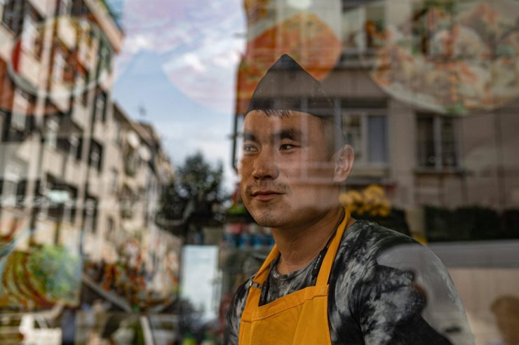 Ghawsuddin Mubariz, 20 year-old, who came from Afghanistan 2 years ago, works in a fast food restaurant in Istanbul's Zeytinburnu district, Aug. 27. AFP-Yonhap