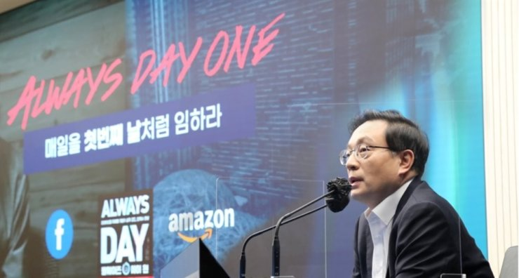 Woori Financial Group Chairman Son Tae-seung speaks during the firm's management strategy meeting at its headquarters in Seoul, Jan. 15. Yonhap