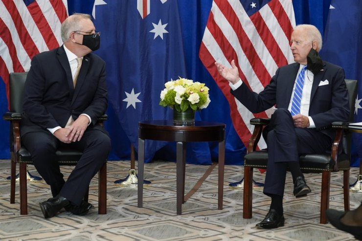 U.S. President Joe Biden, right, meets with Australian Prime Minister Scott Morrison at the Intercontinental Barclay Hotel during the United Nations General Assembly in New York, Tuesday (local time). AP-Yonhap