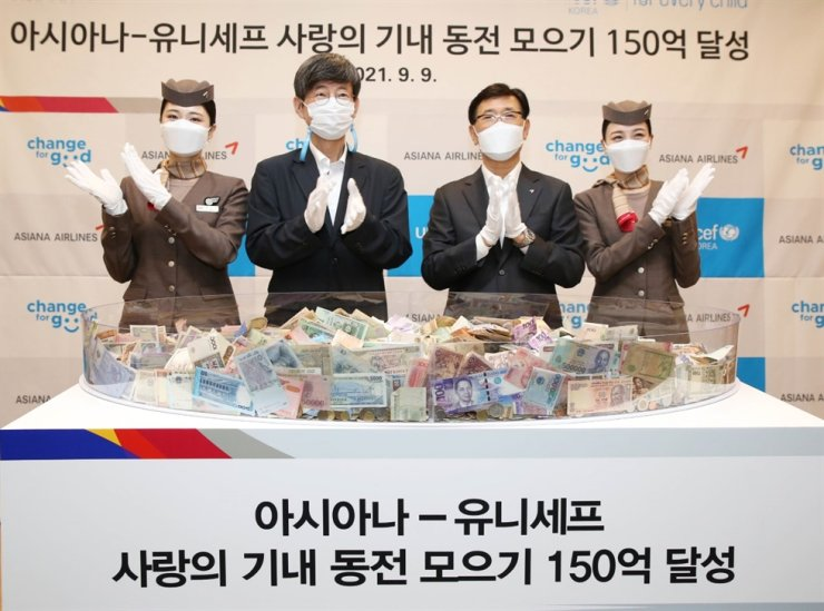 UNICEF Korea Committee Secretary General Lee Ki-cheol, second from left, and Asiana Airlines CEO Jung Sung-kwon, third from left, pose for a picture during the 'Change for Good' ceremony, held at the airline's headquarters in Seoul, Thursday. Courtesy of Asiana Airlines