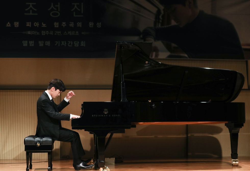 Pianist Cho Seong-jin plays Chopin's 'Piano Concerto No. 2' during a press conference held at Seoul Arts Center, Friday, to promote his latest album of Chopin works and his upcoming recitals in Korea. Yonhap