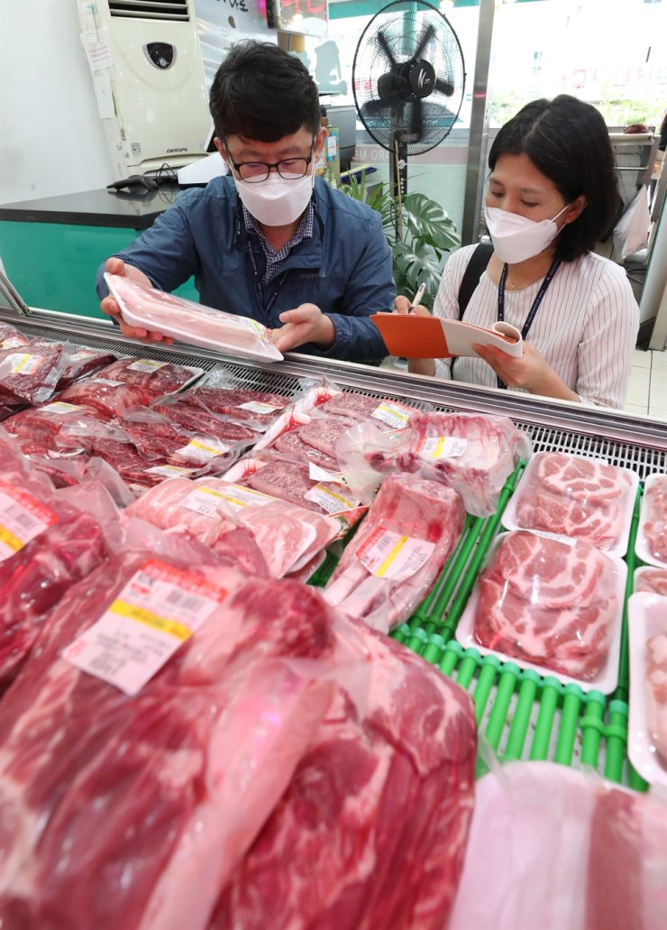 Officials from the National Agricultural Products Quality Management Service check places of origin of various meat products at a traditional market in Suwon, Gyeonggi Province, Wednesday, ahead of the Chuseok long weekend which runs from Sept. 18 to 22 this year. As people seek high-quality and expensive agricultural and meat products produced in Korea for holiday gifts, there have been cases of merchants mislabeling foreign products to pass them off as domestic. Yonhap