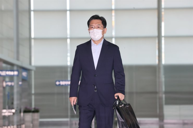 South Korea's chief nuclear envoy Noh Kyu-duk leaves Incheon International Airport for Tokyo, Sunday. Yonhap