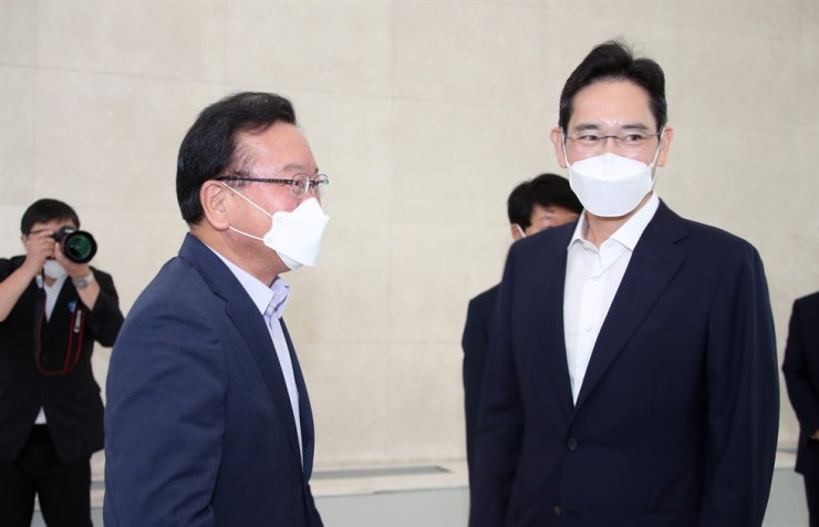 Prime Minister Kim Boo-kyum, left, is seen with Samsung Electronics Vice Chairman Lee Jae-yong at a training center for young people at Samsung's headquarters in southern Seoul, Tuesday. Yonhap
