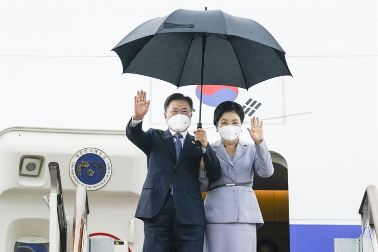 President Moon Jae-in and first lady Kim Jung-sook wave as they disembark from the presidential airplane at Seoul Air Base in Seongnam, Gyeonggi Province, June 18, following a trip to the U.K., Austria and Spain. Courtesy of Cheong Wa Dae