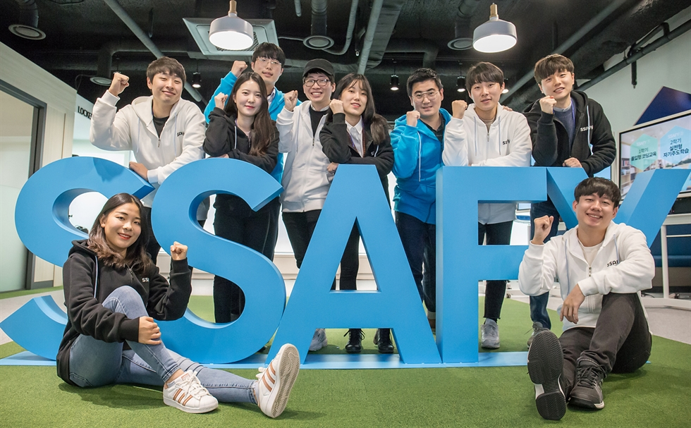 Samsung Electronics Vice Chairman Lee Jae-yong, front right, and Prime Minister Kim Kim Boo-kyum, front left, applaud during the youth hope ON project meeting at the Samsung Software Academy for Youth (SSAFY) Seoul Campus, Tuesday. Yonhap